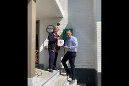 Wethouder Mary van Gent neemt nieuwe AED in ontvangst
