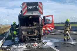 Brandweerauto onderweg naar noodsituatie vliegt in brand op de snelweg