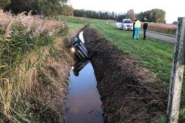 Auto belandt ondersteboven in sloot Wieringerwerf