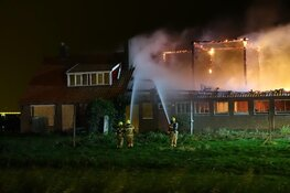 Brand in verlaten boerderij in Middenmeer